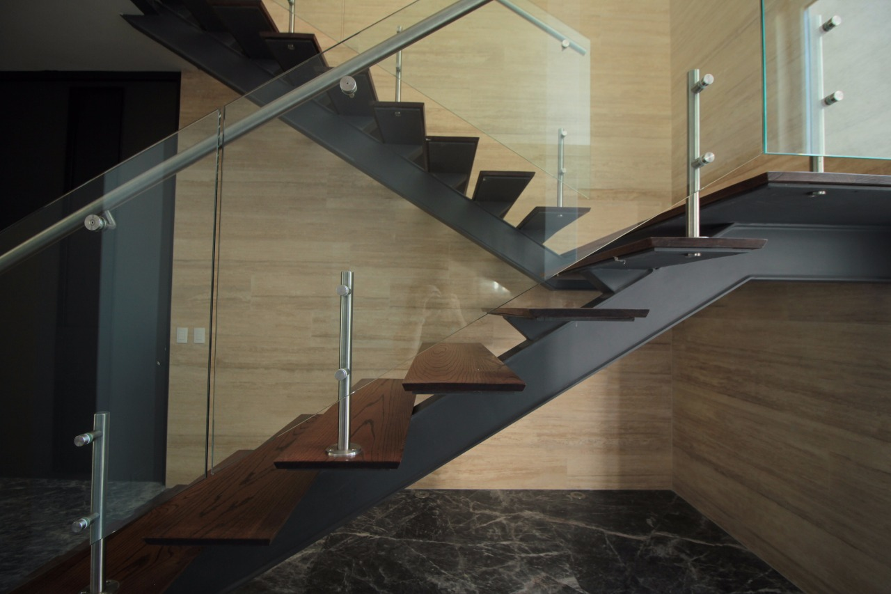 Escalera metálica con barandal de cristal