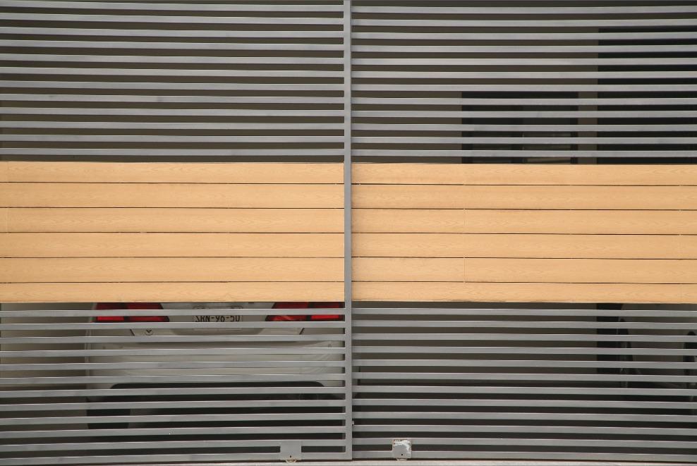 Portones corredizos con tablero de Deck maderable sintético